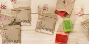Ideen mit Seife für Weihnachten: Ä TÄNNSCHEN PLEASE | Kleine, extra schäumende Seifen in bunten Farben und mit Zitrusdüften und weihnachtlichen Motiven, verpackt in Tüten mit witzigem Druck (BUTTERER STEMPEL)