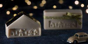 Ideen mit Seife für Weihnachten: Driving home for christmas | Seifenstücke wie Kleinode mit geprägten Häusern und mit Veredelung aus Blattmetall