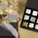 Ideen mit Seife für Weihnachten: Schmucke Stücke   Seifen als kleine Pralinen in Weiß und Transparent mit goldenen Sternen, Blattmetall in Gold und Flitter verziert