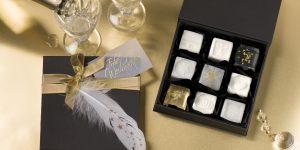Ideen mit Seife für Weihnachten: Schmucke Stücke | Seifen als kleine Pralinen in Weiß und Transparent mit goldenen Sternen, Blattmetall in Gold und Flitter verziert