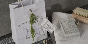 Ideen mit Seife für Weihnachten: Klingelingeling | Graues Seifenstück mit toller Prägung und Anhänger mit BUTTERER STEMPEL Handmade soap to go