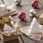 Ideen mit Seife für Weihnachten: Oh Tannenbaum   Weiße Seifen in Form von Tannenbäumen puristisch verpackt in Pappschachteln und herrlich duftend