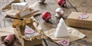 Ideen mit Seife für Weihnachten: Oh Tannenbaum | Weiße Seifen in Form von Tannenbäumen puristisch verpackt in Pappschachteln und herrlich duftend