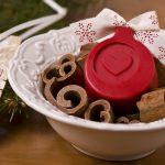 Ideen mit Seife für Weihnachten: Weihnachtsduft   Kleines Potpourri zum Verschenken mit einem roten Seifenstück mit geprägtem Herz als Duftträger
