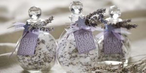 Ideen mit Badesalz für Weihnachten: Relax. Renew. Refresh. | Badesalz mit Lavendel in einer schönen Glasflasche für ein winterliches Entspannungsbad