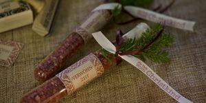 Ideen mit Badesalz für die Weihnachtszeit: Verwöhnzeit | Eine Portion Badesalz im Reagenzglas, liebevoll dekoriert mit natürlichen Materialien in Weinrot, mit Tannengrün und einem BUTTERER STEMPEL