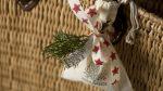 Ideen mit Badekugeln für Weihnachten: Frohes Fest   Eine Badekugel verpackt im Stoffbeutel mit Aufdruck Homemade. Natur mit Tannenweig und roten Sternen