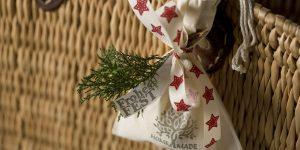 Ideen mit Badekugeln für Weihnachten: Frohes Fest | Eine Badekugel verpackt im Stoffbeutel mit Aufdruck Homemade. Natur mit Tannenweig und roten Sternen