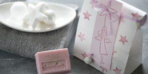 Ideen mit Seife für Weihnachten: Himmlisch! | Rosa Seifenstück mit Glitter verpackt in weißer Papiertüte mit Engel und Sternen.