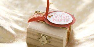 Ideen mit Seife für Weihnachten: Seifenkiste aus Holz mit BUTTERER STEMPEL