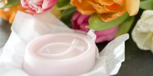 Ideen mit Seife für Kommunion und Konfirmation: Frühlingsgefühle | Ovales Seifenstück mit christlichem Fisch in zartem Rosa