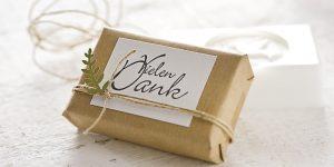 Ideen mit Seife: Kreativ verpacktes Seifenstück in Packpapier als Dankesgeschenk