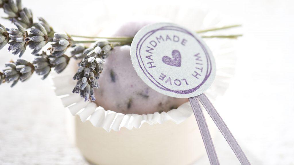 Ideen für Badekugeln: Badekugel mit Lavendelblüten