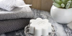Ideen mit Seife: Flower Power | Eine blumige Gästeseife in lichtem Grau
